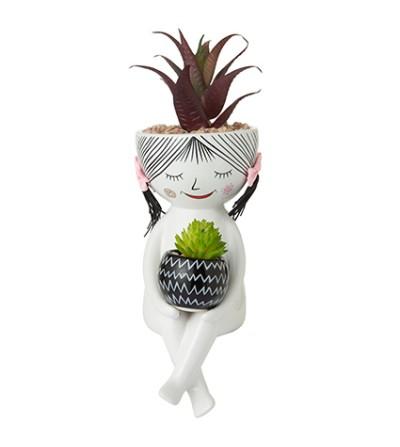Lug lovely girl seduta tiene vaso con pianta grande - Montemaggi